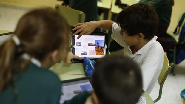 Alumnos utilizando un iPad en clase