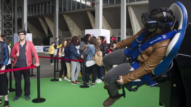 Una perosna prueba unas gafas de realidad virtual