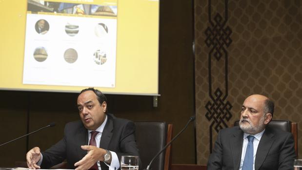 El presidente del Tribunal Constitucional, Francisco Pérez de los Cobos, d., y el secretario general del Alto Tribunal, Andrés Gutiérrez, durante la presentación