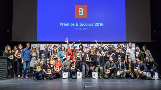 Foto de familia con los galardonados en los Premios Bitacoras