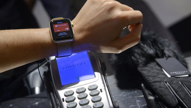 Un usuario realiza el pago con Apple Pay a través de su Apple Watch