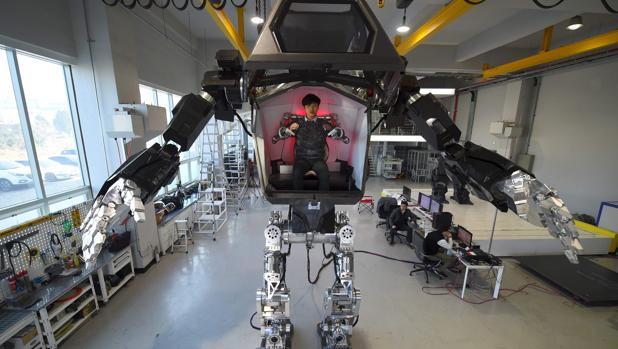 En Seúl, un grupo de ingenieros prueba un robot humanoide de cuatro metros de altura denominado Method-2