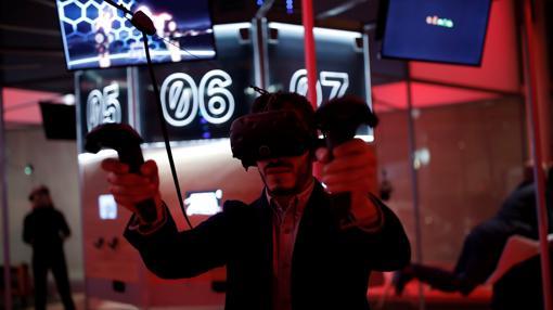 Un hombre con las gafas de realidad virtual HTC Vive