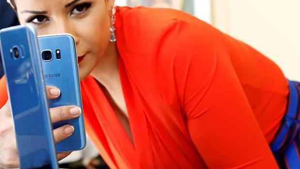 Una mujer posa con un teléfono de la marca surcoreana