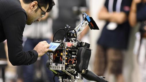 Un robot participa en un partido de fútbol de categoría adolescente en el torneo de la liga humanoide en el RoboCup 2017
