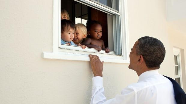 El exdirigente acompañó su tweet con una imagen en la que sale con varios niños de distintas razas asomados a una ventana