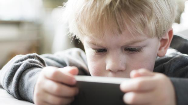 Un niño juega con su smartphone