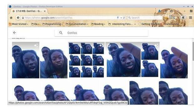 Jacky Alciné, un programador de Nueva York, comprobó que unas imágenes en las que aparecía junto con una amiga se habían guardado en una carpeta generada de manera automática bajo la etiqueta «Gorillas»