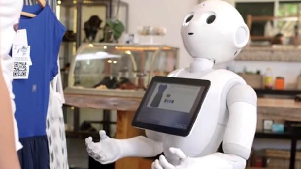 El robot Fabio indicando a un cliente