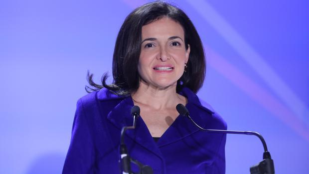 Sheryl Sandberg en Paris, durante su «periplo» por Europa explicando cómo Facebook protegerá a sus usuarios
