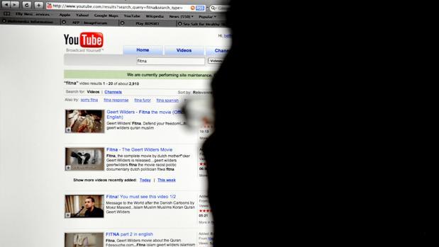 Un usuario mira vídeos en YouTube