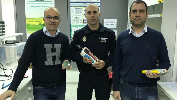 José Luis Herrero (izda.) y Jesús Lozano (dcha.), investigadores de la Universidad de Extremadura, junto al inspector jefe del grupo Tedax-NRBQ, José Miguel Sánchez, con el dispositivo de nariz electrónica