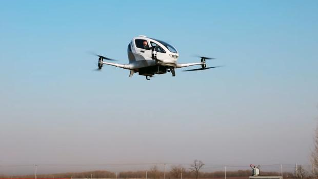 El taxi drone chino Ehang 184, volando con un pasajero a bordo