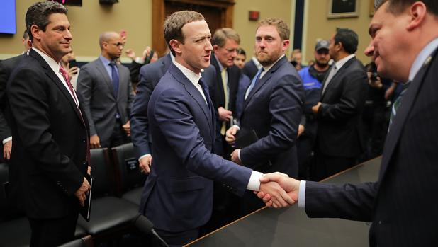 Zuckerberg estrecha la mano al congresista republicano Richard Hudson