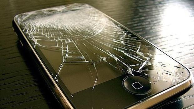 Un iPhone con la pantalla del móvil rota