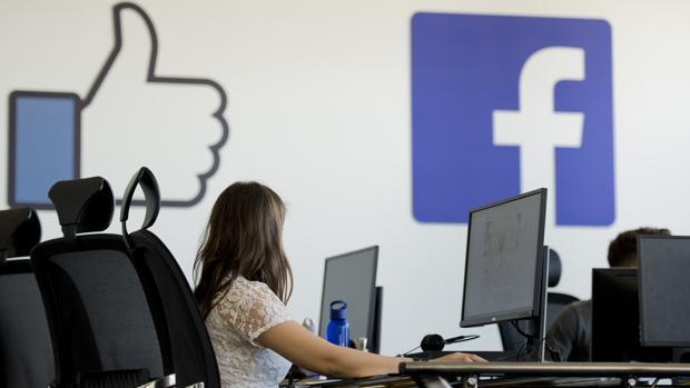 Una de las trabajadores de Facebook en el centro de revisión de Essen, en Alemania