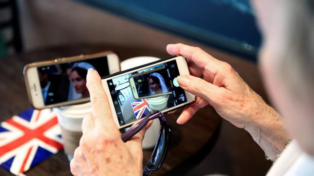 Una mujer ve la retransmisión en directo del «si quiero» del enlace real entre el príncipe Enrique y Meghan Markle