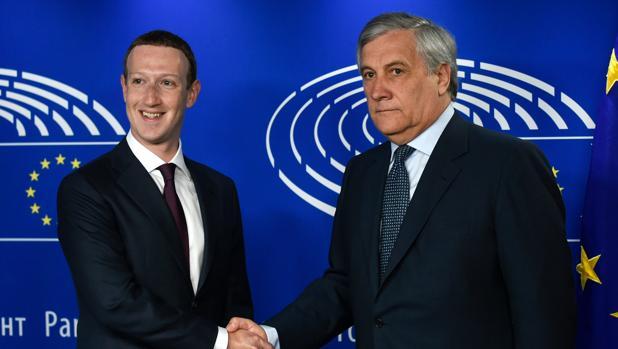 Mark Zuckerberg, fundador de Facwebook, y Antonio Tajani, presidente del Parlamento europeo