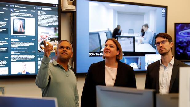 El director de ciberseguridad, Nathaniel Gleicher, (derecha) junto al director de productos de Facebook , Samidh Chakrabarti, y la directora global de compromiso con políticos y gobiernos de la empresa, Katie Harbath