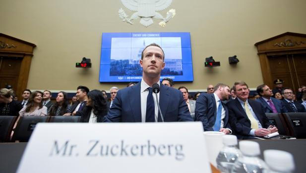 Imagen de archivo de Zuckerberg cuando testificó en el Senado de EE.UU. por la filtración masiva de Cambridge Analytica