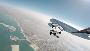 El vídeo de los hombres voladores junto al avión más grande del mundo