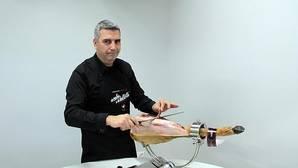 Carlos Barriga, cortador profesional de jamón