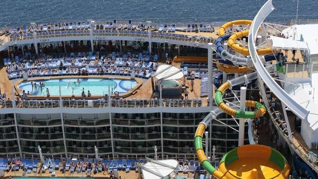 La zona de piscinas y el enorme tobogán del Harmony of the seas