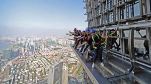 La última atracción turística: una pasarela de cristal en el exterior de un rascacielos