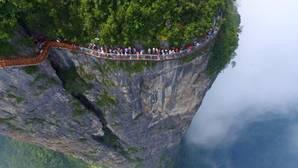 Una nueva pasarela con suelo de vidrio se asoma al precipicio de los paisajes de Avatar
