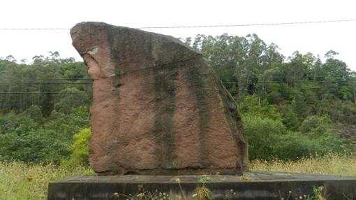 Monumento a los foramontanos con la frase de Víctor de la Serna, en el puente de Santa Lucía