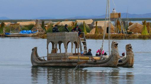 Las balsas las confeccionan también con totora y tienen una capacidad de 10-15 personas