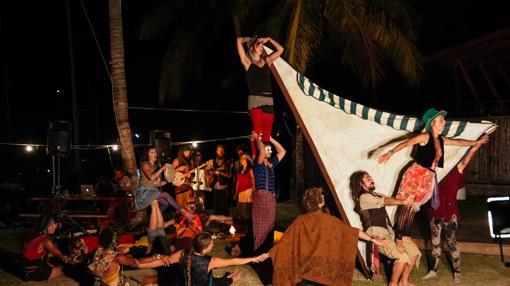 Con las actuaciones de circo, además de ganarse la vida, también tratan de llegar a la gente a través de la creatividad