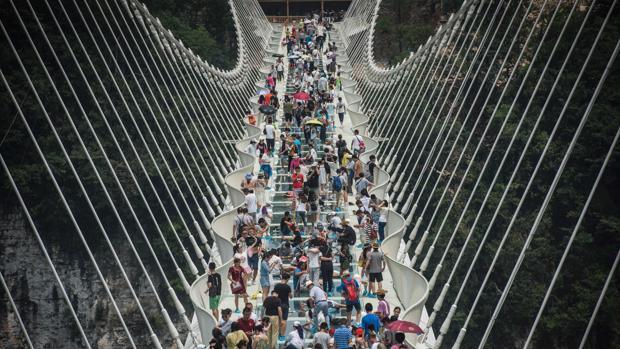 El puente de cristal de Zhangjiajie, abarrotado de turistas