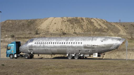 Traslado de fuselaje del avión DC9 que se estrelló en Granada en 1992 cuyo interior fue transformado para ser expuesto en ARCO, la Feria de Arte Contemporáneo que se celebra en Madrid, en 2005