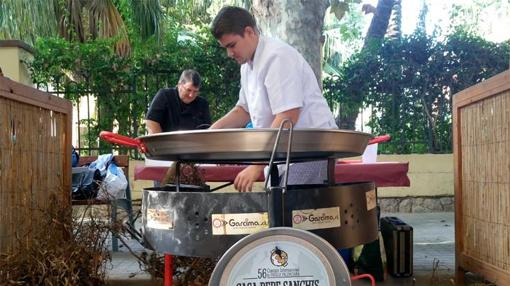 Momento en que los Sanchis preparan la paella ganadora