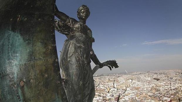 El Giraldillo coronando la ciudad de Sevilla