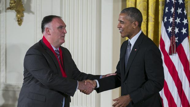 El presidente de EE.UU., Barack Obama (d), otorga la Medalla Nacional de las Artes al chef español José Andrés