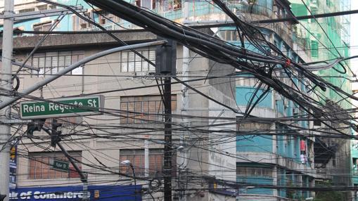 Entre los innimerables cables de suministro que cruzan las calles de Filipinas, se puede leer el nombre de esta calle, de la época colonial española