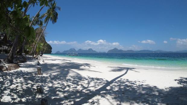 Filipinas es un excelente destino para descansar en una playa de arena blanca con exóticas palmeras y agua en distintos tonos de azul. En la imagen, Entalula Island Beach Area, en El Nido