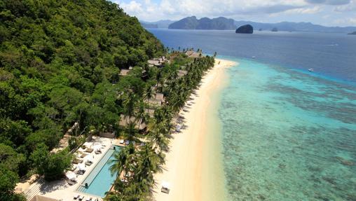 Vista aérea del hotel Pangulasian Island. Al fondo, numerosas islas que emergen de las aguas de El Nido