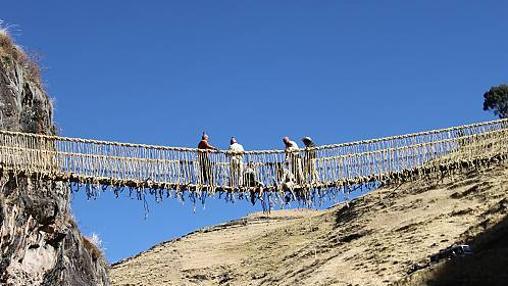 El puente colgante de cuerda Q'eswachaka une las dos laderas de un desfiladero del río Apurímac