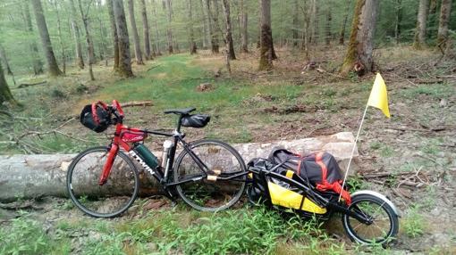 Esta es la bici y el remolque utilizadas para el aventurero español