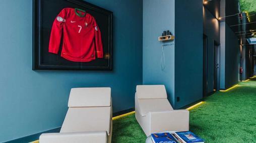 Pasillo de césped artificial y una camiseta de Cristiano en el hotel Pestana CR7 de Funchal
