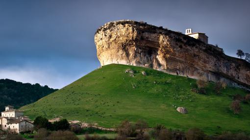 San Pantaleón de Losa, sobre una roca que bien parece un barco