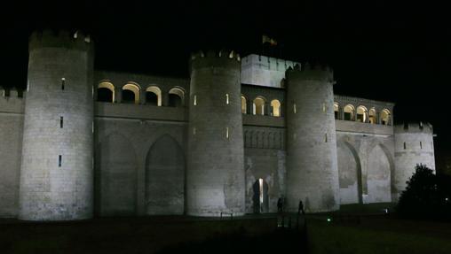Vista nocturna del exterior del Palacio de la Aljafería