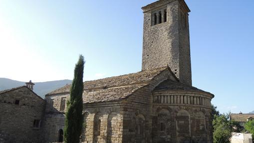 La torre-campanario es el elemento más destacado de la iglesia de Lárrede