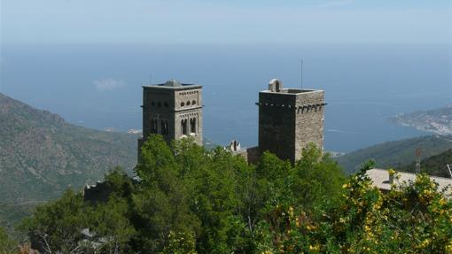 Las torres de San Pedro de Roda, con el Mediterráneo al fondo
