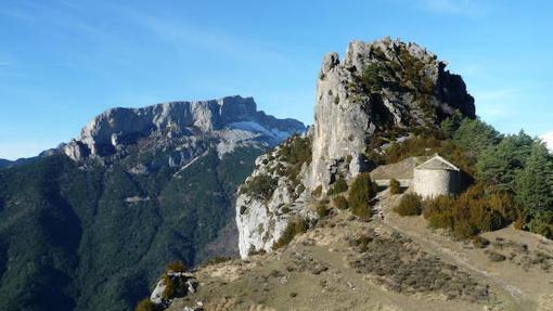 La pequeña ermita y el Puntón de las Brujas