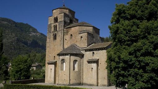 La torre principal de este monasterio sorprende por su volumen