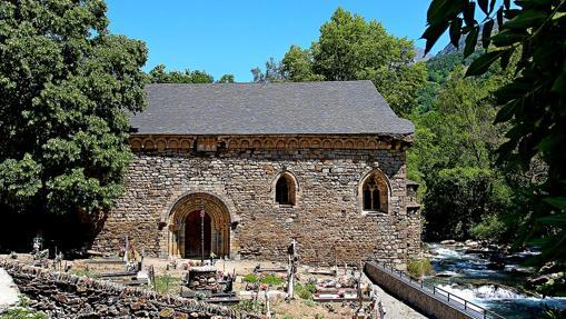 San Juan de Isil y su cementerio a la orilla del río